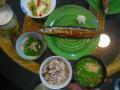 夕食メニューです。さんまの塩焼き。絹さやとえのきの味噌汁。五穀米。ほうれん草のおひたし。白菜のキムチ というメニューです。