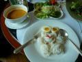 本日のお昼はカノム・チーンです。そうめんのような麺に、辛いスープをかけて食べます。辛味を生野菜で消して食べます。北タイが本場の料理です。
